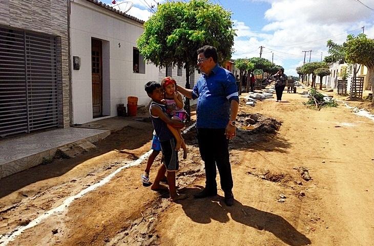 Prefeito Jurandi Gouveia visita obras de pavimentação no bairro São José.