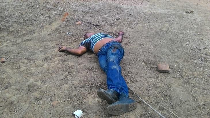 Corpo encontrado com perfurações de tiros no sitio Marreca, em Taperoá.