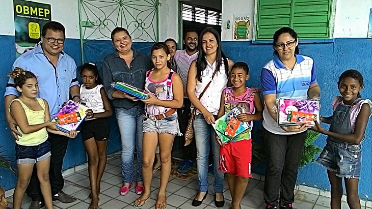 Prefeitura de Taperoá entrega kits de materiais escolares para a rede municipal de ensino.