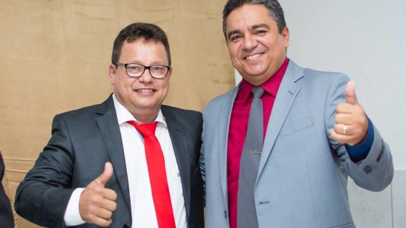 Jurandi Gouveia e Junior de preto toma posse como prefeito de Taperoá