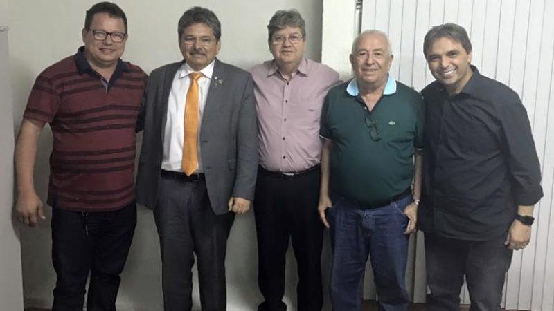 Jurandi Gouveia participa de reunião ao lado do ex-prefeito Deoclecio Moura.