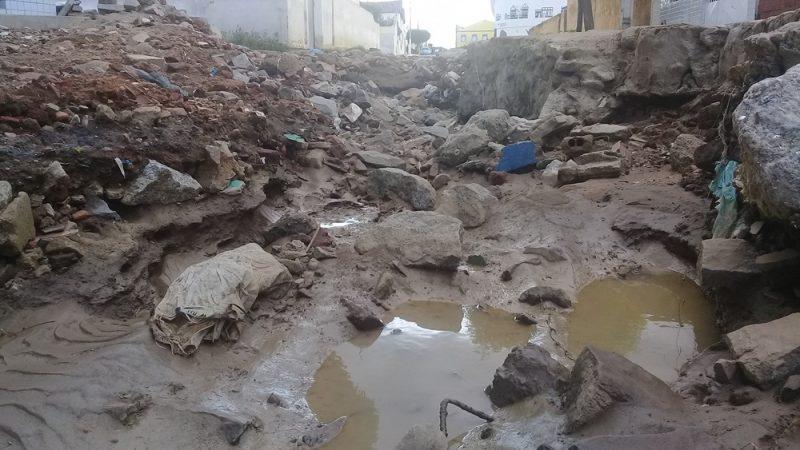 Rua intransitável deixa moradores indignados em Taperoá