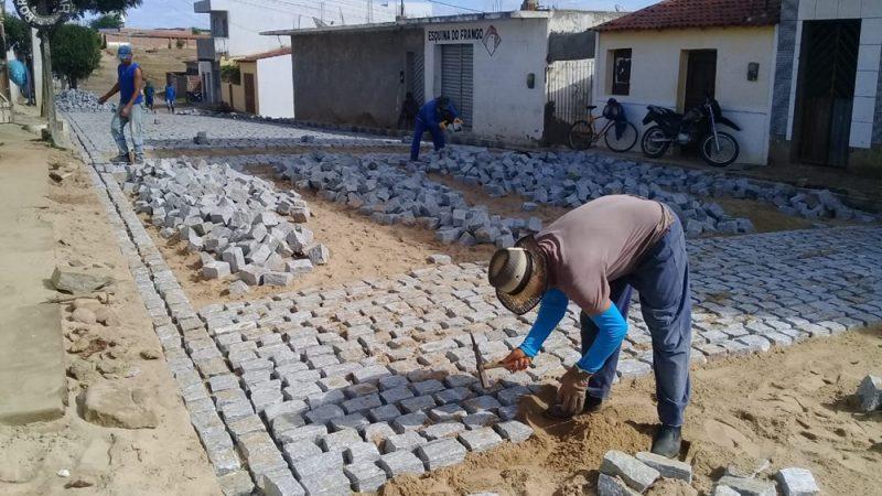 Prefeitura inicia pavimentação de ruas no bairro do Alto